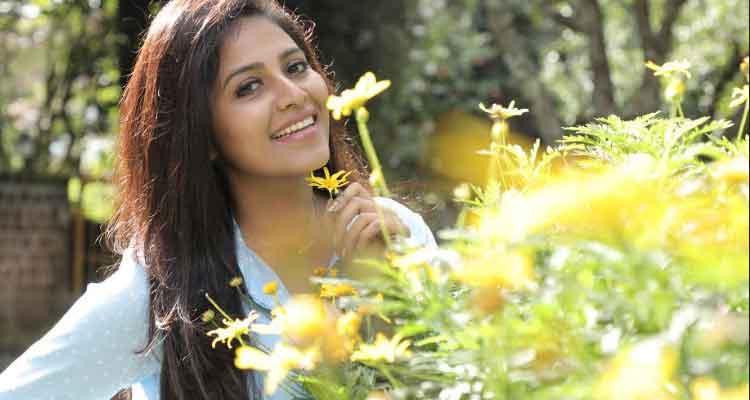 Diector Injured becuase of Actress Anjali's hit - Lisa |  Tamil Movie News | Cinema Profile